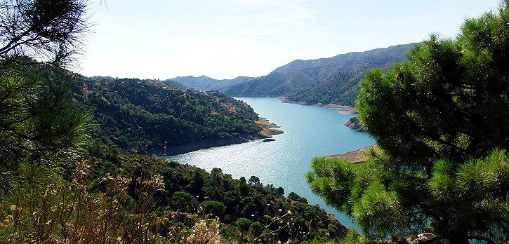 There are many nature reserves in the hinterland. There is a large reservoir in Istán.